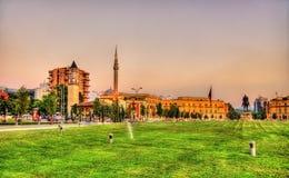 Skanderbeg-Quadrat mit seiner Statue in Tirana stockfotos