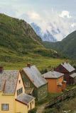 Skandinavien berglandskap med hus Royaltyfria Bilder