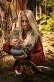 Skandinavisch heksenpythoness kokend drankje stock afbeeldingen