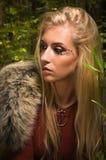 Skandinavisch meisje met runen- tekens in een hout royalty-vrije stock afbeeldingen