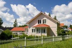 Skandinavisch privé plattelandshuisje stock afbeelding