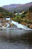 Skandinavische fjord in de bergen Stock Afbeelding