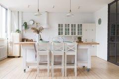 Skandinavische klassieke keuken met houten en witte details, minimalistic binnenlands ontwerp Echte foto stock afbeelding
