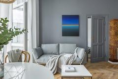 Skandinavische stijl, grijze woonkamer royalty-vrije stock foto's