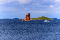 Skandinavischer Leuchtturm mit Boot Lizenzfreie Stockfotografie