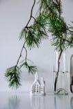 Skandinavischer Weihnachtsdekor Kiefernniederlassungen und ein keramisches Haus lizenzfreies stockfoto