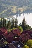 Skandinavisches Dorf mit szenischem See und nebelhafter Landschaft Stockfotos