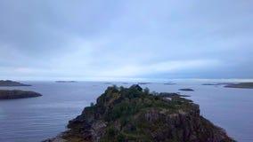 Skandinavisches Haus auf dem Vorgebirge des norwegischen Meeres stock video