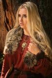 Skandinavisches Mädchen mit runic kennzeichnet innen ein Holz Lizenzfreie Stockbilder