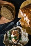 Skandinavisches Sandwich mit Leiste des geräucherten Lachses auf Schwarzbrot mit Weichkäse stockfoto