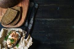 Skandinavisches Sandwich mit Leiste des geräucherten Lachses auf Schwarzbrot mit Weichkäse lizenzfreie stockfotografie