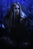 Skandinavisk flicka i nattskogen arkivbild