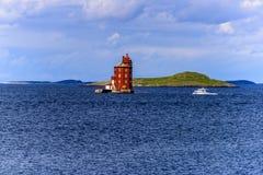 Skandinavisk fyr med fartyget royaltyfri fotografi
