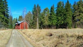 Skandinavisk ladugård på slutet av en väg royaltyfri fotografi