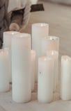 Skandinavisk stilleben med stora vita stearinljus texturerade och kontrasteffekter för modern atmosfär begreppet kopplar av Arkivfoton