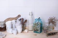 Skandinavisk stilstilleben av kitchenware på en träbufféräknare Vit bakgrund, kopieringsutrymme Royaltyfri Foto