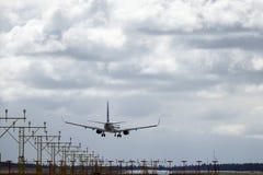 Skandinaviska flygbolag, SAS, Boeing 737 landning Royaltyfri Foto