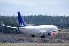 Skandinaviska flygbolag, SAS, Boeing 737 - landning 76N Royaltyfri Bild