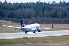 Skandinaviska flygbolag, SAS, Boeing 737 - landning 76N Royaltyfria Foton