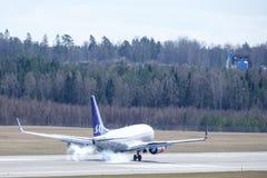 Skandinaviska flygbolag, SAS, Boeing 737-783 som landar Royaltyfri Fotografi