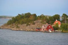 Skandinaviska hus på kusten för baltiskt hav royaltyfria bilder