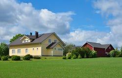 Moderna landshus- och lantgårdbyggnader Royaltyfria Bilder
