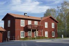 Skandinaviskt hus med den klassiska villan Royaltyfria Foton