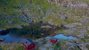 Skandinaviskt hus nära en bergsjö arkivfilmer