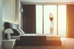 Skandinaviskt sovrum för trävägg, tonad sidosikt Royaltyfria Foton