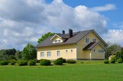 Modernt landshus Royaltyfri Bild