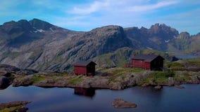 Skandynawa dom blisko halnego jeziora zbiory wideo
