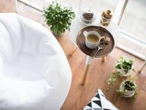 Skandynawa modnisia stylowy wnętrze, wygodny loft pokój zdjęcia royalty free