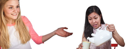 Skandynawska śliczna młoda dziewczyna z ręką pokazuje azjatykciego dziewczyny serv obraz royalty free