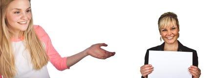 Skandynawska śliczna młoda dziewczyna z ręką pokazuje kobiety z bla Fotografia Stock