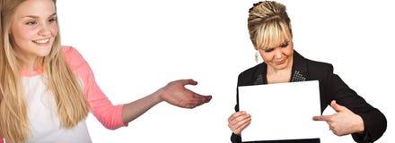 Skandynawska śliczna młoda dziewczyna z ręką pokazuje kobiety z bla Obrazy Stock