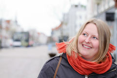 Skandynawska kobieta patrzeje copyspace w miasteczku obrazy royalty free