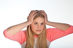 Skandynawski śliczny młoda dziewczyna portret z oba rękami na głowie zdjęcie royalty free