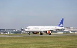Skandynawski linii lotniczej Aerobus A321-232 narządzanie zdejmował przy Machester lotniskiem Zdjęcia Royalty Free