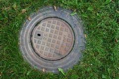Skandynawski manhole w swój miastowym otaczaniu zdjęcie royalty free