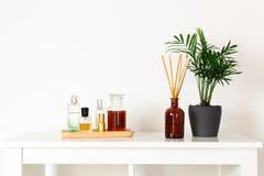 Skandynawski północny hygge styl, domowy wnętrze - wiecznozielona roślina, perfumowanie aromata dyfuzor, pachnidła, drewniana tac zdjęcia royalty free