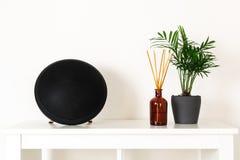 Skandynawski północny hygge styl, domowy wnętrze - wiecznozielona roślina, przenośny mówca, perfumowanie aromata dyfuzor, biała p fotografia stock
