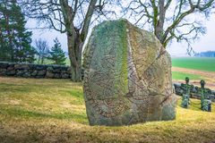 Skanela, Schweden - 1. April 2017: Viking-runestone in Skanela Chu Lizenzfreie Stockbilder