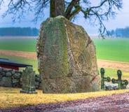 Skanela, Suède - 1er avril 2017 : Runestone de Viking en Skanela Chu Photographie stock