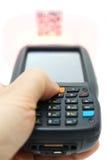Skanerowania QR kodu etykietka na kartonie z laserem obrazy stock