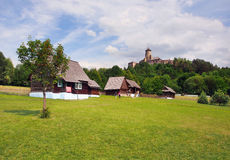 Skansen和城堡在Stara Lubovna,斯洛伐克 免版税图库摄影