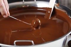 Skapa br?nda mandlar och tryfflar med mj?lka choklad royaltyfria foton
