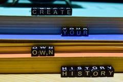 Skapa din egen historia som är skriftlig på träkvarter Utbildning och affärsidé arkivbilder
