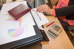Skapa en affärshandlingsplan Framkallning av ett affärsplan Arkivbild