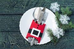 Skapa en festlig garnering i formen av omslaget Santa Claus Arkivfoto