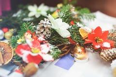 Skapa en julkrans som göras av granfilialer, sörjer dekorativa bär, kottar och dekorativa leksaker i arbetsplatsen Arkivbilder